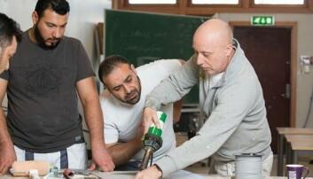 MOTIVERTE: Faglærer i malerfaget Jørn Danielsen ved Oslo voksenopplæring Skullerud har hatt stor glede av å jobbe med de motiverte praksisbrevkandidatene. (Foto: Oslo voksenopplæring Skullerud)