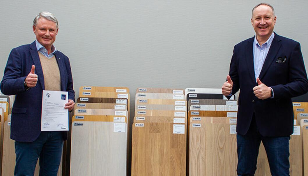 RETURPARTNERE: Stein Hesstvedt og Per Olaf Øxseth har signert en avtale som gjør det mulig for MLFs medlemmer å ta del av ReStart, Tarketts ordning for retur av installasjonsspill og brukte gulvmaterialer. (