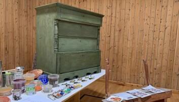 MØBLER: Noe av det elevene lærer er å male med linoljepasta på møbler. (Foto: Kari Wilsgård)