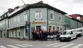 MOE-HJØRNET: Alle de ansatte foran fargehandel Ragnvald Moe på «Moe-hjørnet i Storgata 115 i Lillehammer. (Foto: Ragnvald Moe AS)