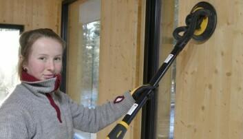 LÆRERIKT: Astrid Lungård (19) har lært mye av å jobbe med dette prosjektet, og syntes det har vært spesielt fint at de har kunnet tatt seg god tid og få ting gjort riktig første gangen. (Foto: Synnøve Prytz Berset)