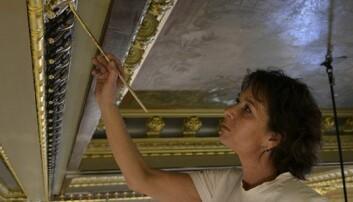 EN STØ HÅND: Det kreves kompetanse, kunnskap og en stø hånd av malerne som restaurerer Andreassalen i frimurerlosjen i Oslo. (Foto: Synnøve Prytz Berset)