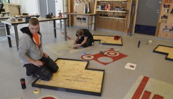 I AKSJON: På treningssamlingen får de unge malerne og gulvleggerne påfyll av erfaring og kunnskap fra malermestre og tekniske sjefer. Her er Sindre Arstad og Espen Kkolbjørnsen i full sving med oppgavene.